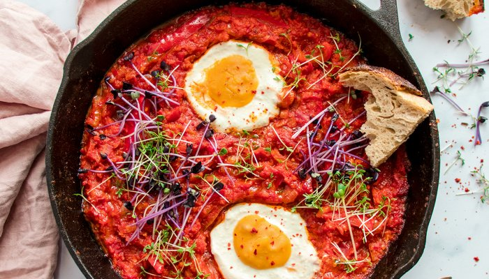 """this-vegan-one-pot-shakshuka-recipe-is-complete-with-plant-based-""""eggs"""""""