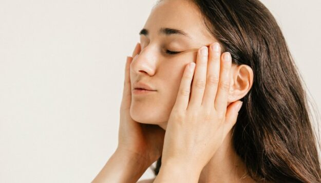 tighten-your-neck-&-jawline-with-this-simple-2-minute-lymphatic-massage