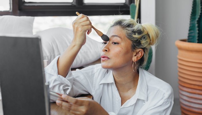 5-surprising-tips-for-a-glowy-3-minute-face,-from-a-makeup-artist
