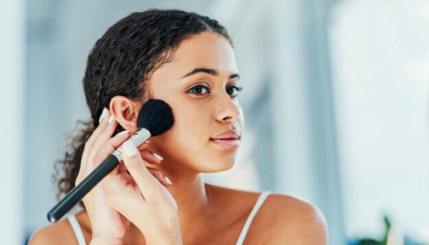 intimidated-by-bronzer?-4-easy-ways-to-apply-it-for-your-face-shape