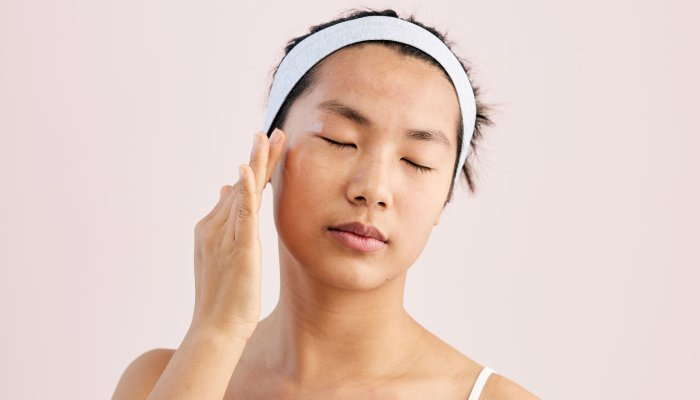 this-2-minute-facial-massage-tutorial-can-help-ease-forehead-lines