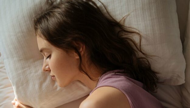 satin-vs.-silk-pillowcases:-which-is-better-for-soft,-frizz-free-hair?