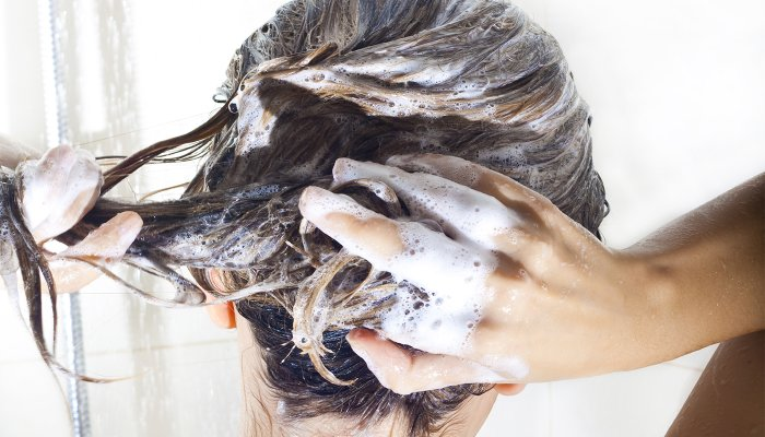 to-tame-an-itchy-scalp-&-add-shine,-make-sure-this-ingredient-is-in-your-shampoo