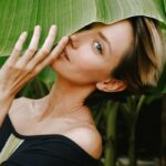 """A Holistic Plastic Surgeon Debunks This """"Sign Of Aging"""" In Your 20s & 30s"""