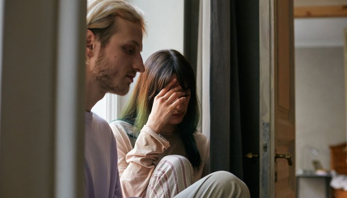 4-essential-steps-to-dealing-with-jealousy-in-relationships,-from-a-therapist