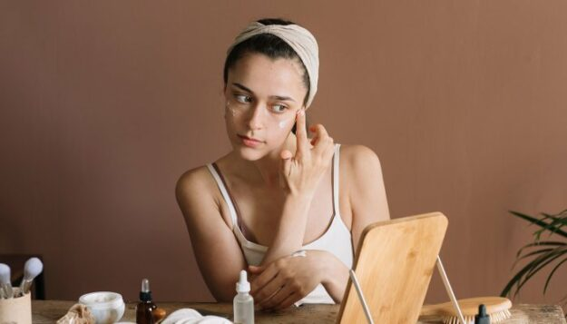 is-this-essential-oil-good-for-acne?-what-the-derms-actually-think