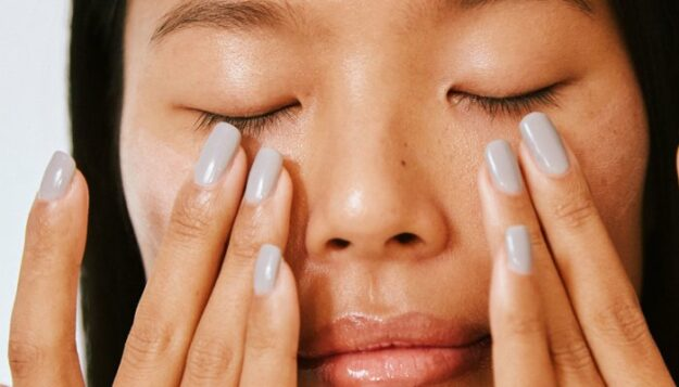 this-60-second-hack-is-here-to-banish-your-puffy-eyes-(thank-us-later)